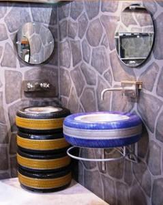 Banheiro decorado com pneu