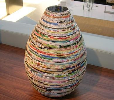 Vaso feito com folhas de revista