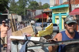 Casal de catadores de lixo