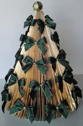 Árvore de Natal feita com revista
