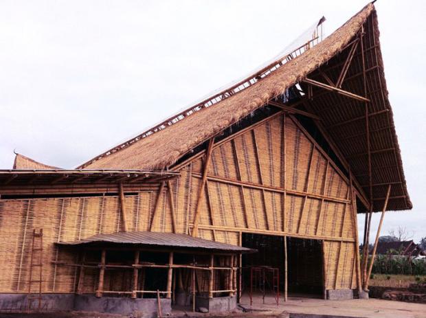 Fábrica no vilarejo de Sibang Kaja