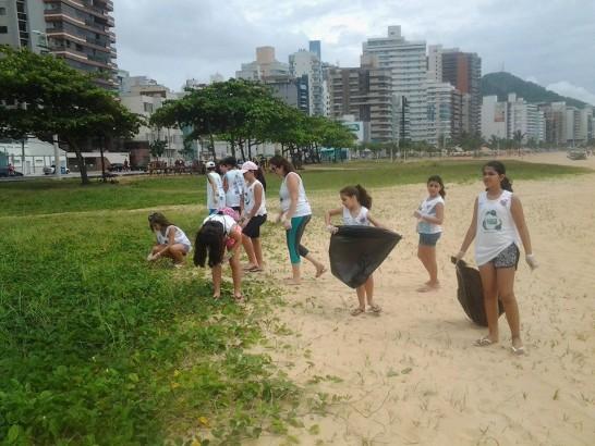 Mutirão organizado por Petrus Lopes - limpeza da restinga da Praia da Costa, em Vila Velha, no Espírito Santo.