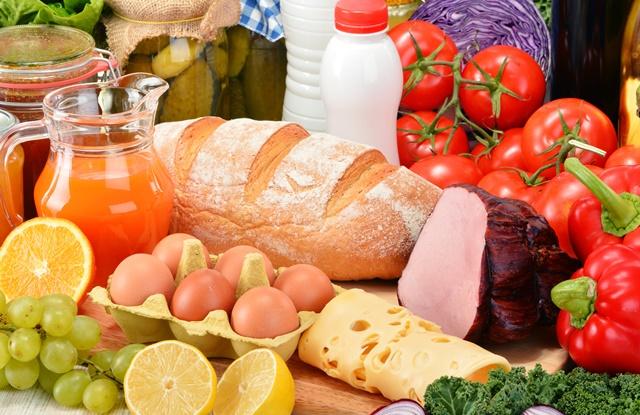 foto de várias comidas em cima da mesa