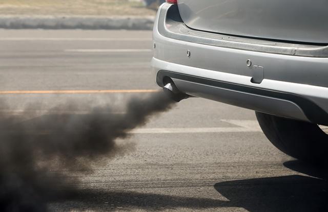 foto de carro soltando fumaça poluente