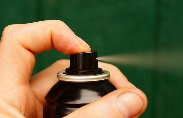 foto de pessoas apertando aerosol