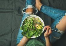 foto de mulher comendo comida crudívora
