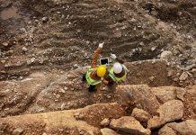 foto de homens trabalhando com mineração