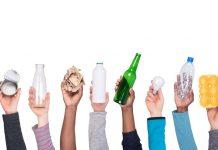 mãos segurando produtos descartáveis